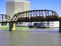 Lokomotiven auf einer Eisenbahn-Brücke Lizenzfreies Stockfoto