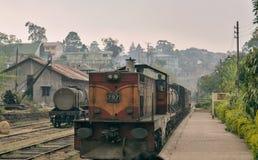 Lokomotivet ankommer på järnvägsstationen Royaltyfria Bilder