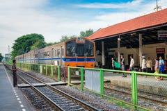 Lokomotivet med drevet ankommer på järnvägsstationen i Thailand Arkivbild