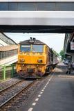 Lokomotivet med drevet ankommer på järnvägsstationen i Thailand Royaltyfri Foto