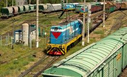 lokomotywa rusza się wzdłuż poręczy Obraz Royalty Free