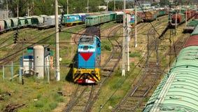 lokomotywa rusza się wzdłuż poręczy Zdjęcie Royalty Free