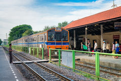 Lokomotywa z pociągiem przyjeżdża przy stacją kolejową w Tajlandia Fotografia Stock