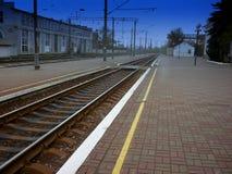 Lokomotywa z samochodami jedzie na kolejowych śladach HDR zdjęcie royalty free