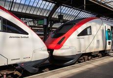 Lokomotywy przy platformą Zurich magistrali stacja kolejowa fotografia stock