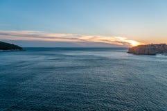 Lokruneiland en Dubrovnik door een het wegschieten zonsondergang wordt verbonden die stock foto's