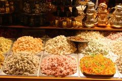 Lokum de los placeres turcos Sistema de plata y de cobre del pote del té fotografía de archivo libre de regalías
