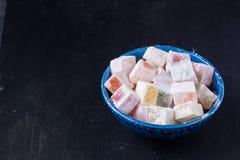 Lokum do loukoum em uma bacia azul Fotos de Stock