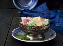 Lokum - traditionella turkiska sötsaker på en mörk bakgrund Arkivfoto