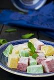 Lokum - traditionella turkiska sötsaker på en mörk bakgrund Royaltyfri Foto