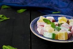 Lokum - traditionella turkiska sötsaker på en mörk bakgrund Fotografering för Bildbyråer