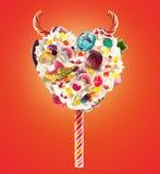 Lolipop de lait de poule de coeur de diable avec les bonbons et la crème fouettée, vue de face Concept doux de lolipop de diable  Photo libre de droits