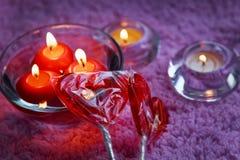 Lolipops et bougies sous forme de coeurs sur un fond rose Concept romantique de jour de valentines Photo teintée Image stock