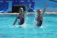 Lolita Ananasova och Anna Voloshyna av Ukraina konkurrerar under den synkroniseringsrutinmässiga förberedande åtgärden för simnin Royaltyfria Bilder