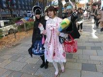 Lolita Fashion Girls Walking Down de Straat Royalty-vrije Stock Afbeeldingen