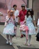 Lolitas gothiques marchant dans la rue Image libre de droits