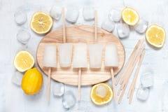 Lollies лимона, лимоны и кубы льда на доске Стоковая Фотография