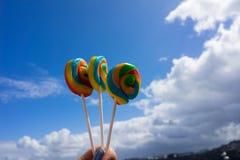 3 lollies, который держат против береговой линии Корнуолла Стоковое Фото