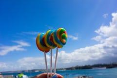 3 lollies, который держат против береговой линии Корнуолла Стоковые Фото