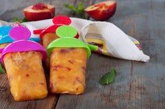 Lollies льда персика на салфетке кухни Стоковое фото RF