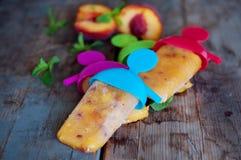 Lollies льда персика на старом деревянном столе Стоковые Изображения RF