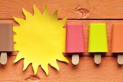 Lollies de gelo coloridos e sol de papel foto de stock