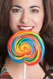 Lollipop da terra arrendada da menina imagens de stock royalty free