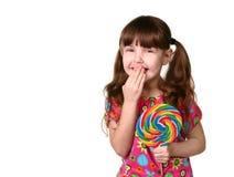 Lollipop de risa de la explotación agrícola de la chica joven feliz Imágenes de archivo libres de regalías