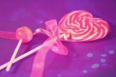 Lollipop del corazón con el recubrimiento rosado de la cinta y del bokeh Imagenes de archivo