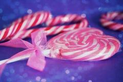 Lollipop del corazón con el recubrimiento rosado de la cinta y del bokeh Foto de archivo libre de regalías