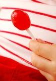 Lollipop della holding della mano immagine stock libera da diritti