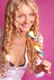 Lollipop grande de sorriso da terra arrendada da menina curly loura Imagens de Stock Royalty Free