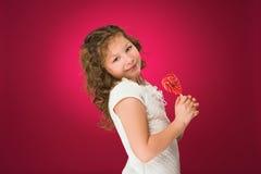 Lollipop La muchacha con un caramelo amor-formado Foto de archivo libre de regalías