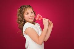 Lollipop La muchacha con un caramelo amor-formado Fotos de archivo libres de regalías