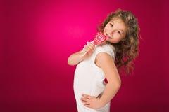Lollipop La muchacha con un caramelo amor-formado Fotos de archivo