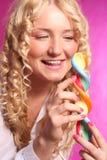 Lollipop louro da terra arrendada da menina Imagens de Stock Royalty Free