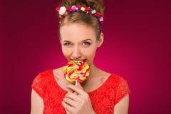 Lollipop Muchacha con el caramelo dulce en sus manos Fotografía de archivo libre de regalías