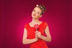 Lollipop Muchacha con el caramelo dulce en sus manos Imagenes de archivo