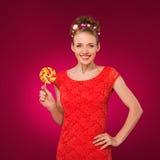 Lollipop Muchacha con el caramelo dulce en sus manos Fotos de archivo libres de regalías