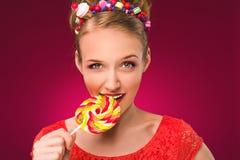 Lollipop Muchacha con el caramelo dulce en sus manos Imagen de archivo libre de regalías