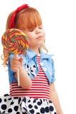 Lollipop sonriente de la explotación agrícola de la muchacha feliz Foto de archivo libre de regalías