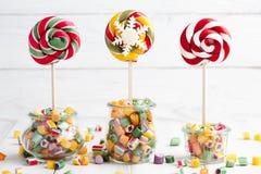 Lollipops και μίγμα καραμελών Στοκ εικόνες με δικαίωμα ελεύθερης χρήσης