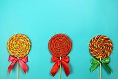 Lollipops στο μπλε υπόβαθρο Στοκ Εικόνες