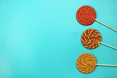 Lollipops στο μπλε υπόβαθρο Στοκ φωτογραφίες με δικαίωμα ελεύθερης χρήσης