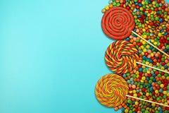 Lollipops στο μπλε υπόβαθρο Στοκ φωτογραφία με δικαίωμα ελεύθερης χρήσης