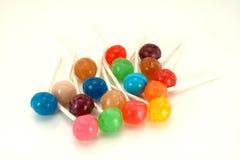 Lollipops coloridos no branco Imagens de Stock Royalty Free