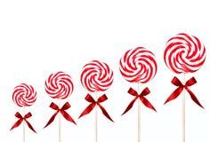 Lollipops del remolino del caramelo del día de fiesta en una línea Foto de archivo libre de regalías