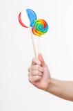 Lollipops femminili della holding della mano fotografie stock