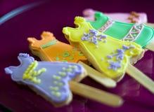 Lollipops lindos de la galleta formados como alineadas imagen de archivo