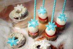 Lollypops zijaanzicht en donuts over de sneeuw Close-up Royalty-vrije Stock Afbeelding